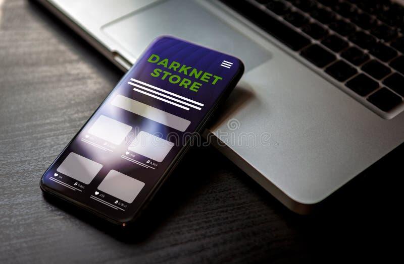 Markt für Darknet-Ladengeschäfte für den Kauf und Verkauf illegaler Waren Smartphone mit anonym schwarzem Marktplatz auf dem Bild lizenzfreies stockbild