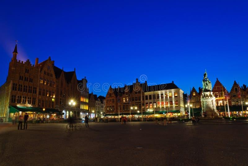 Markt (het Vierkant van de Markt) van Brugge bij schemer stock foto's