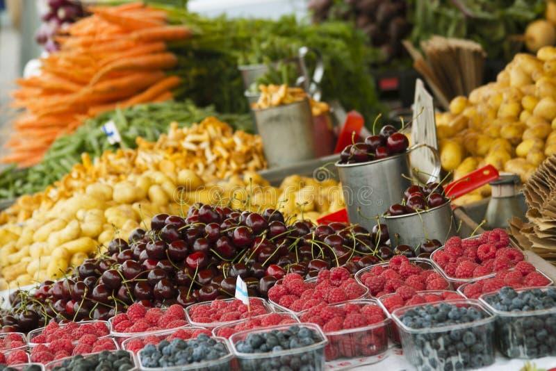 Markt met tuinvrachtwagen, groenten, vruchten, bessen enz. royalty-vrije stock foto