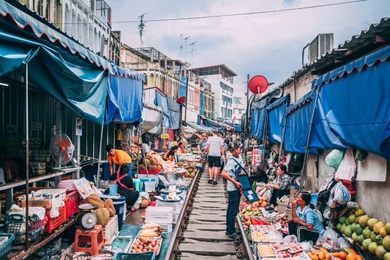 Markt 12 van de Maeklongspoorweg 13 2018nTourists bezoek de spoorwegmarkt buiten Bangkok en koop goederen van de verkopers royalty-vrije stock afbeeldingen