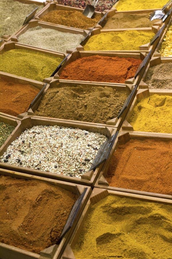 Markt van Indisch multicolored kruideningrediënt stock fotografie