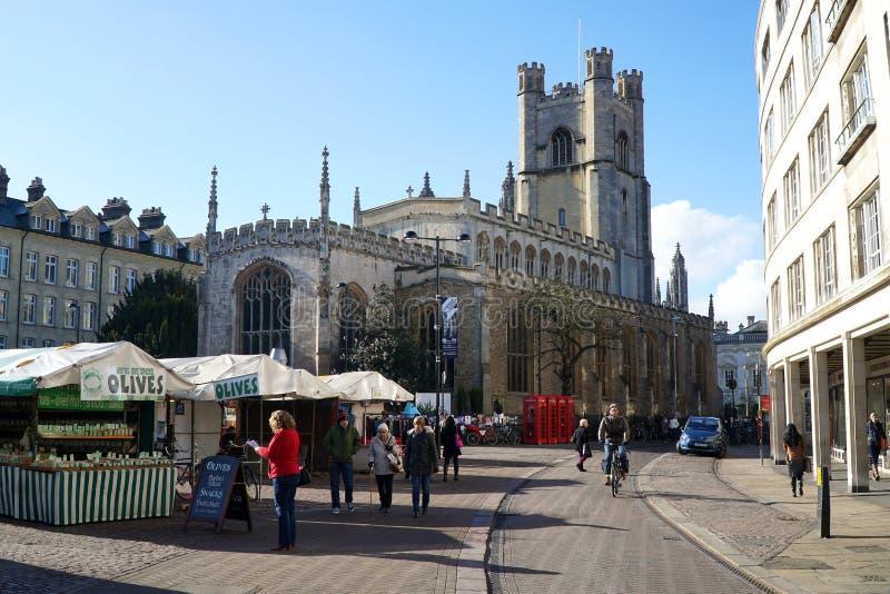 Markt Vierkante en Grote St Mary' s Kerk, Cambridge, Engeland stock foto's