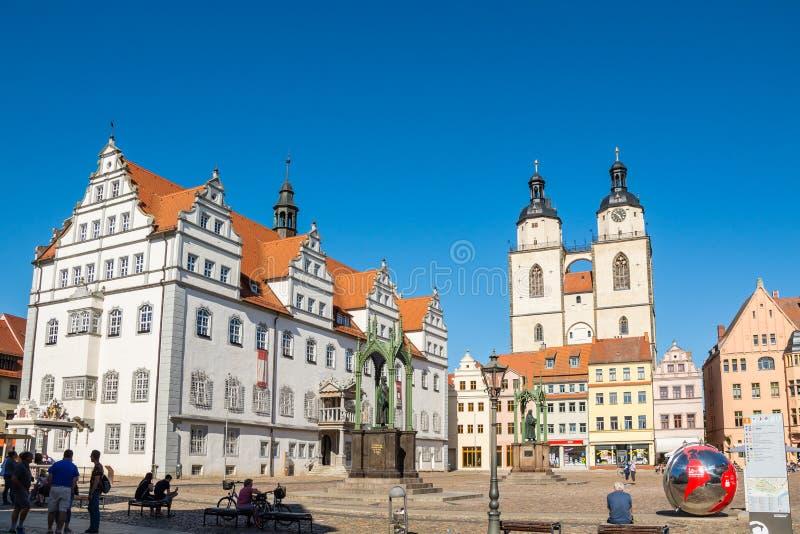 Markt Wittenberg met stadhuis en Stadtkirche stock afbeeldingen