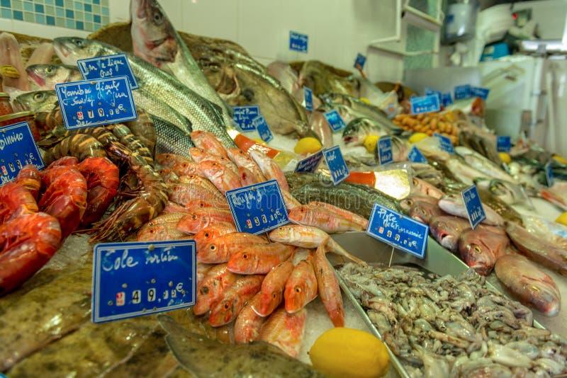 Marktkraam met verse zeevruchten royalty-vrije stock afbeeldingen