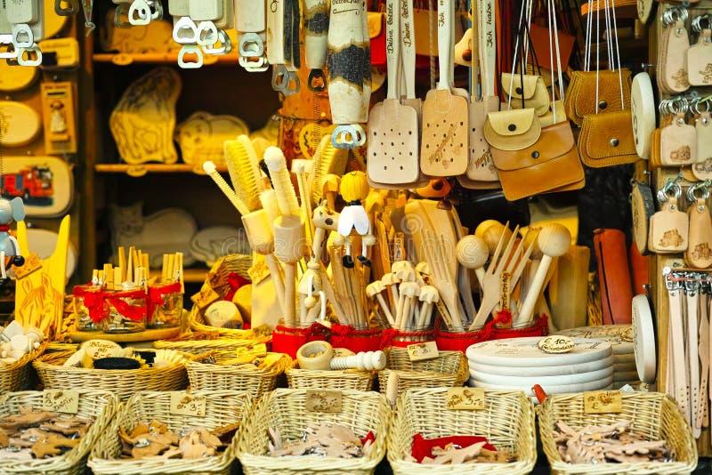 Marktkraamkeukengerei en leergoederen stock foto