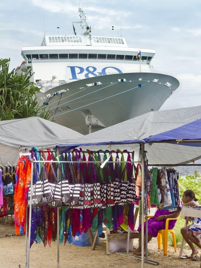 Marktkramen en cruiseschip dat in Haven Vila wordt gedokt. stock afbeeldingen
