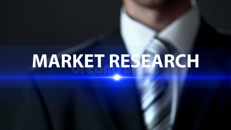 Marktonderzoek, zakenman voor het scherm, statistieken en analytics royalty-vrije stock afbeeldingen