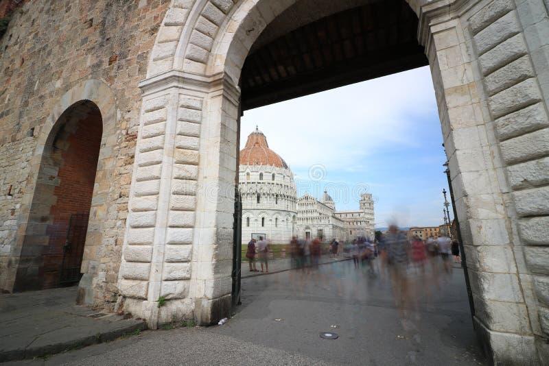 Marktplatz dei Miracoli von Pisa gesehen von einer Tür der Stadtmauern stockfotos
