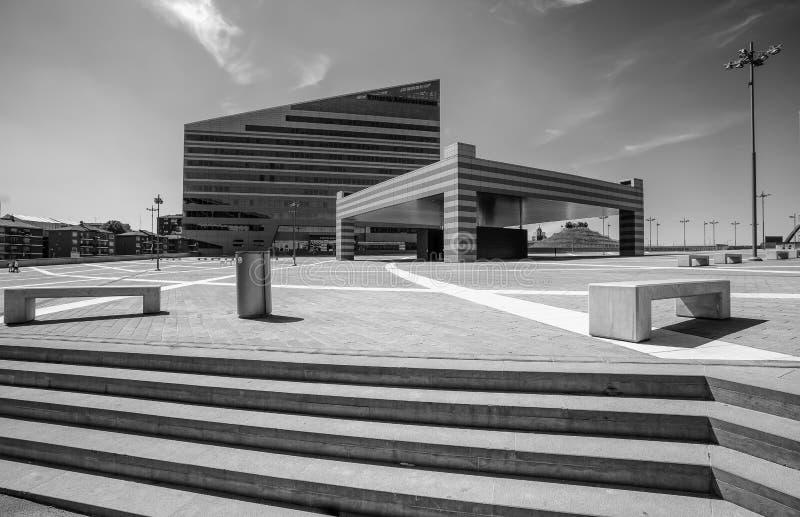 Marktplatz Gino Valle Gino Valle Square, Haus zu vielen modernen Gebäuden wie ` Casa-Mailand-` L g elektronische Bauelemente und  stockbild