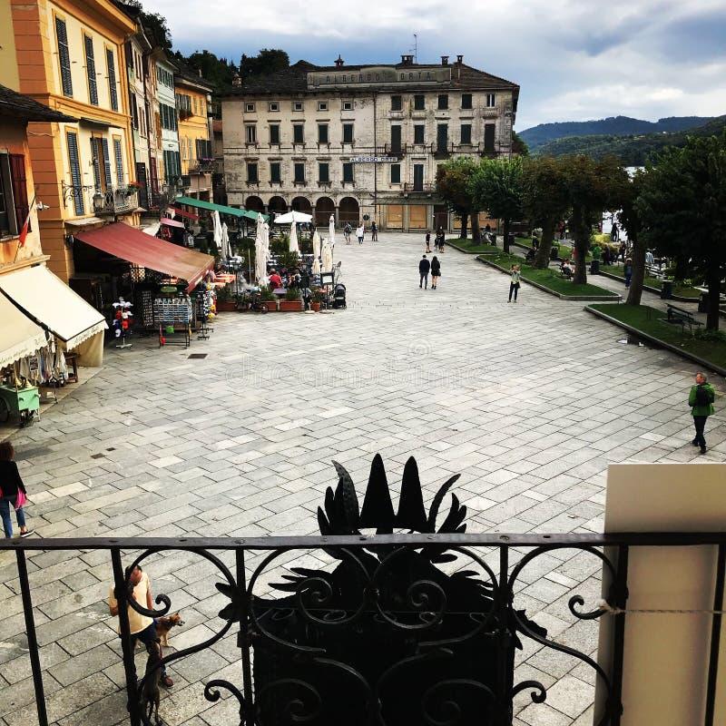 Marktplatz im See Orta, Italien lizenzfreies stockfoto