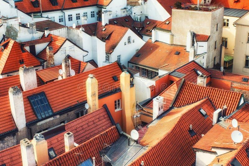 Marktplatz-Reihenhäuser Prags alte mit traditionellen roten Dächern herein stockfoto