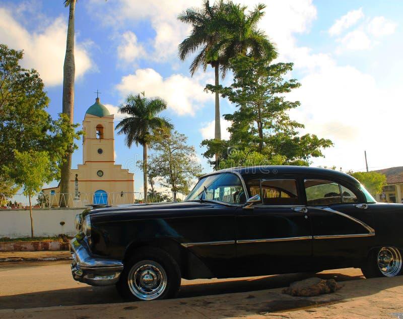 Marktplatz Vinales mit altem amerikanischem Auto stockfotos