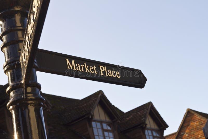 Marktplatzwegweiser stockbild