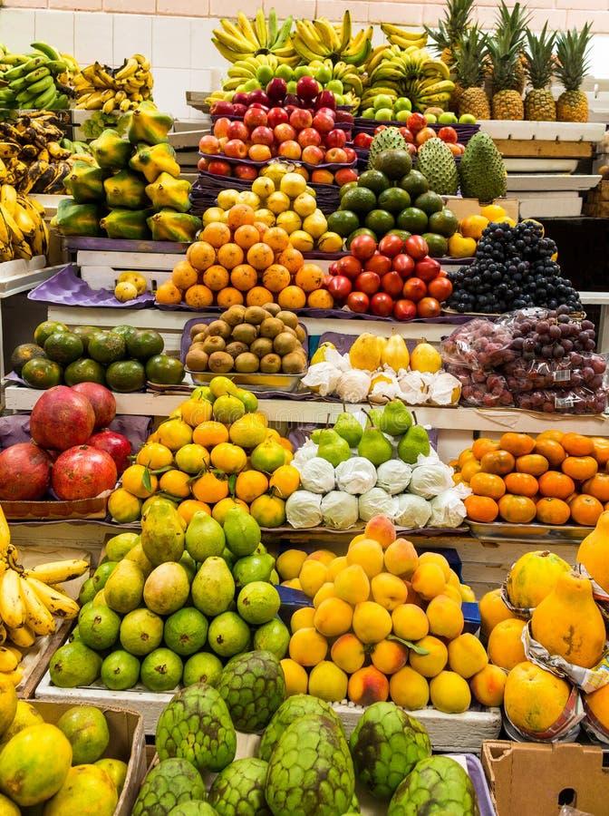 Marktstall, der die mannigfaltigen und bunten Früchte verkauft stockfotografie