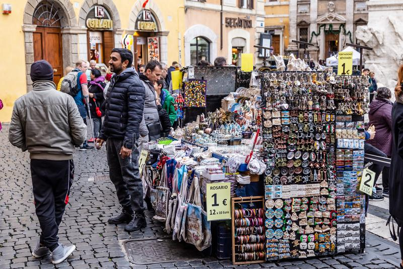 Marktstall kiosk selling souvenirs in Rome, Italië stock fotografie