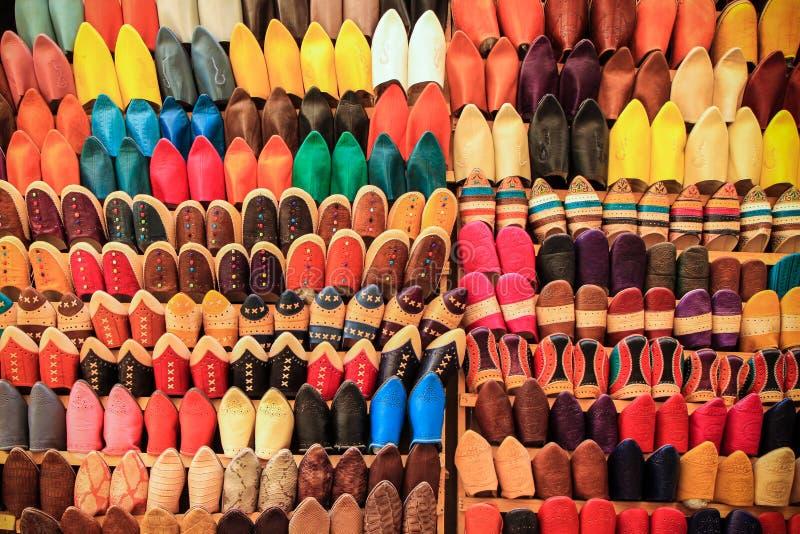 Markttribune met honderden kleurrijke schoenen in Marokko stock afbeelding