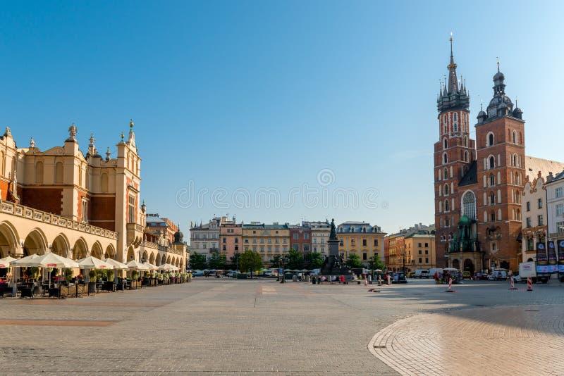 Marktvierkant in het centrum van de stad van Krakau op een zonnige dag stock foto