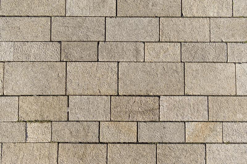 Marktvierkant met verschillend gerangschikte concrete blokken en verbindingen stock foto