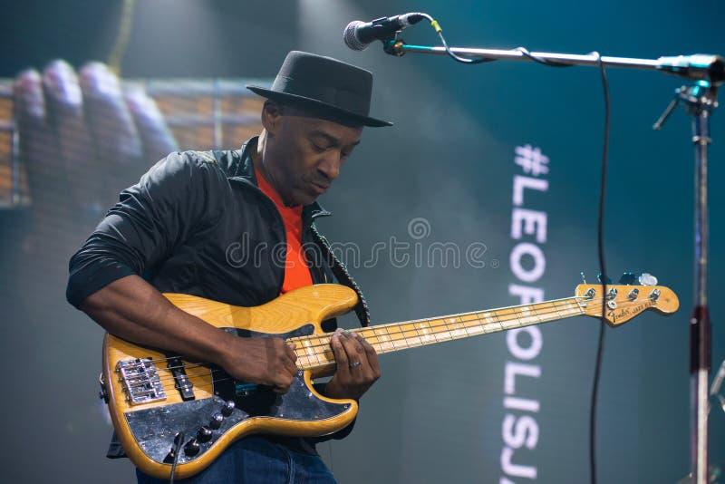 Markus Miller con la guitarra baja en la etapa de un festival de jazz fotos de archivo