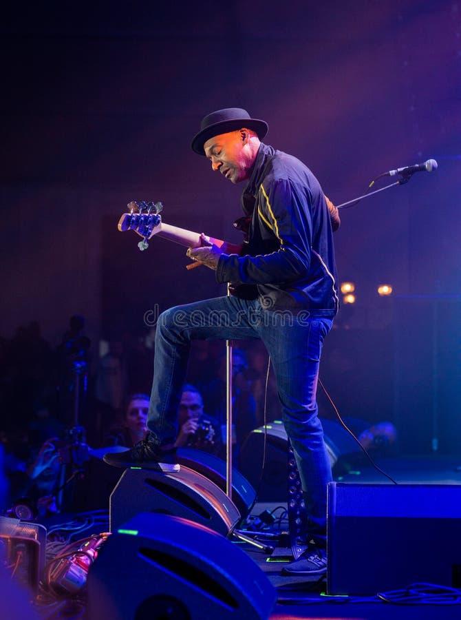 Markus Miller con la guitarra baja en la etapa de un festival de jazz imagenes de archivo