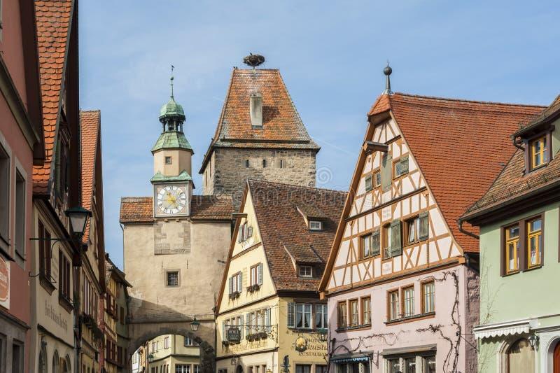 Markus Tower Markusturm och traditionella tyska hus på den Rodergasse gatan, Rothenburg obder Tauber, arkivfoto