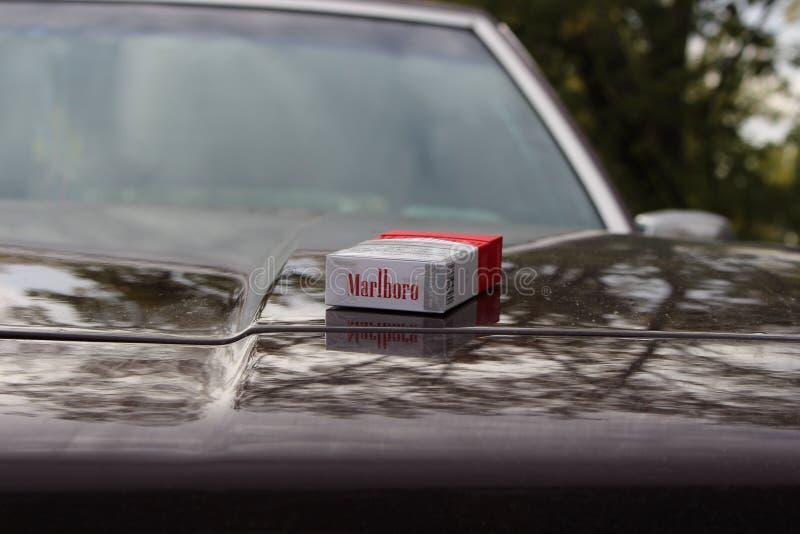 Marlboro-Rood op de kap van de auto royalty-vrije stock afbeelding