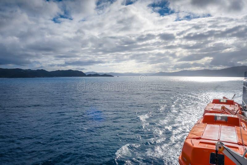 Marlborough soa a vista de uma balsa, Nova Zelândia imagem de stock