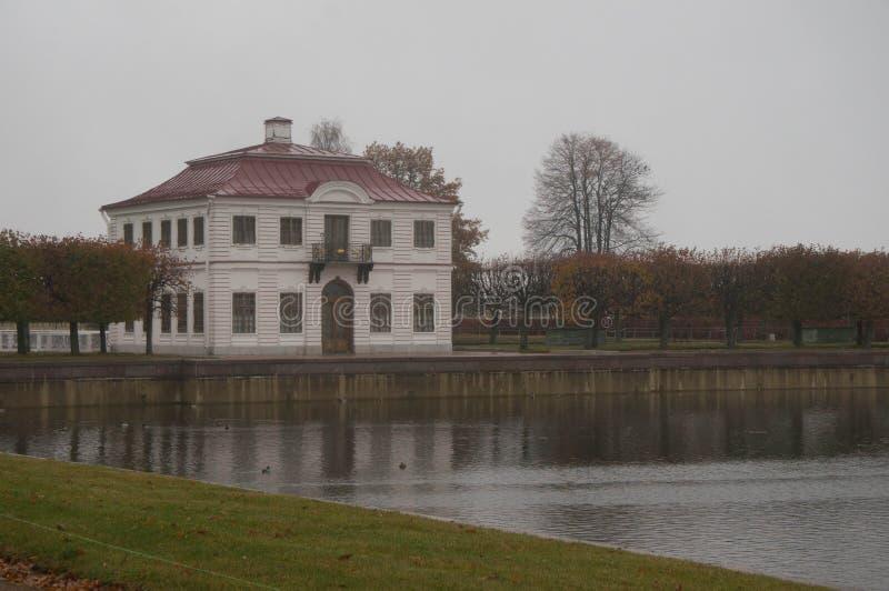 Marly Palace i dimma peterhof Ryssland royaltyfria foton
