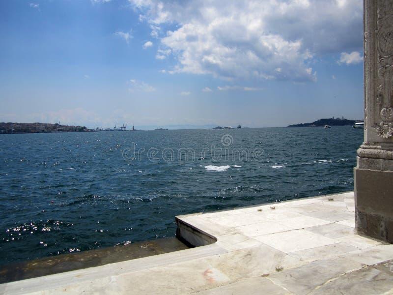 Marmara morze przegląda Dolmabahce pałac w Istanbuł, Turcja obraz royalty free