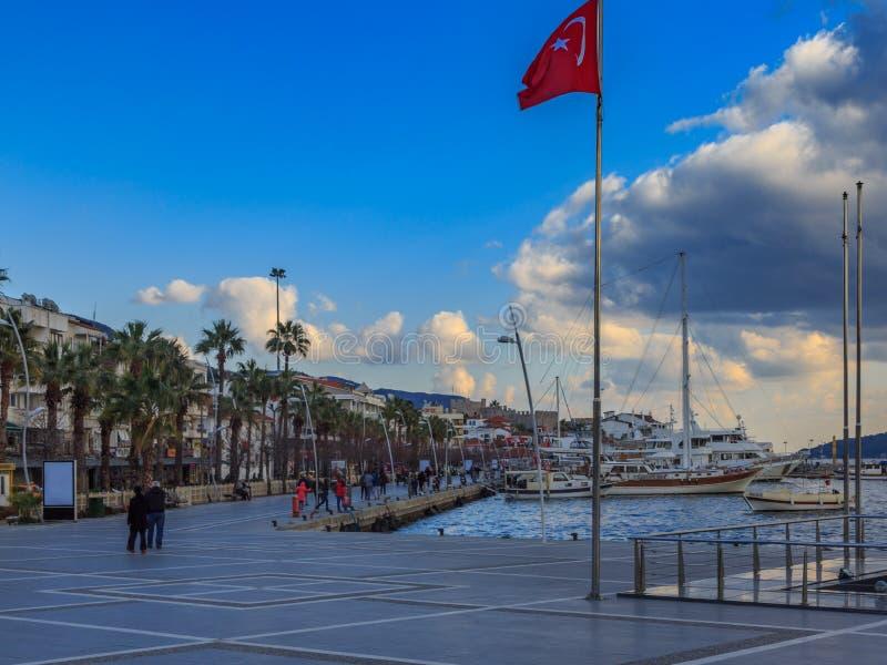 Marmaris gata med den turkiska flaggan i centrum royaltyfria bilder