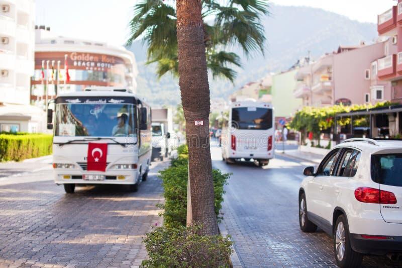 MARMARIS TURKIET - 14 SEPTEMBER, 2015: Rörelsekollektivtrafik på stadsgatan arkivfoton