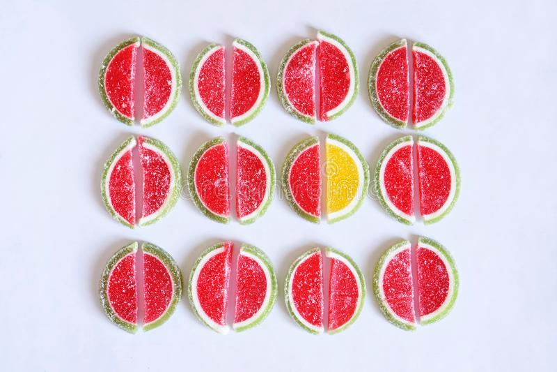 Marmelad i form av skivor av vattenmelon och limefrukt på en vit yttersida folkmassan ut plattforer royaltyfri bild