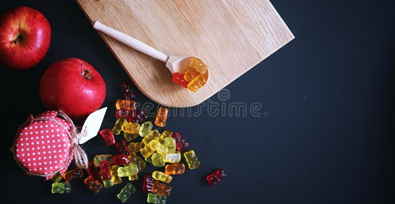 Marmelade in een vaas op de lijst Snoepjes in een kom op zwarte bedelaars stock fotografie