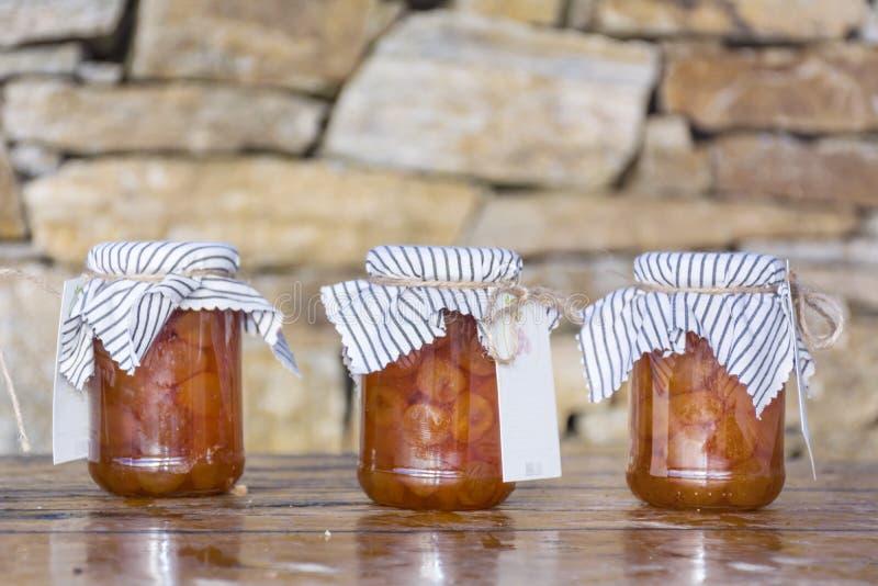 Marmellata di amarene bianca casalinga in barattoli di vetro immagine stock