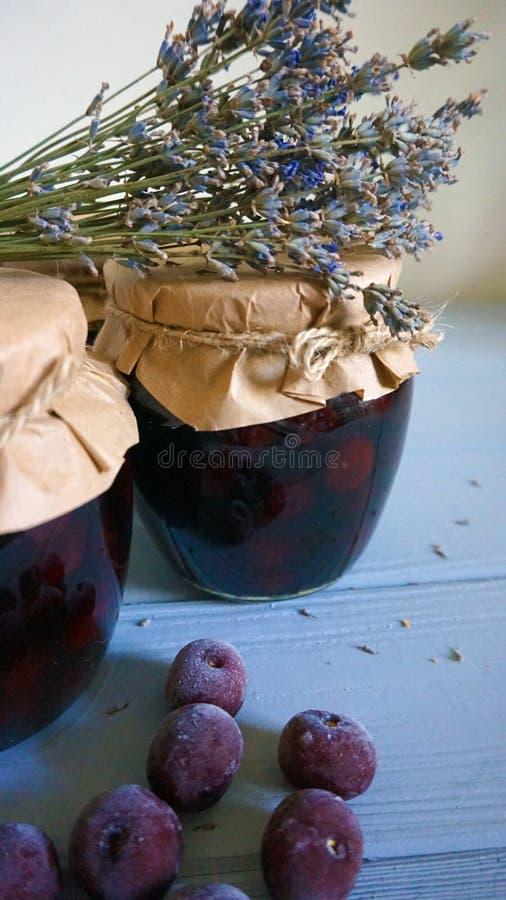 Marmellata di amarene domestica accogliente della decorazione fotografia stock