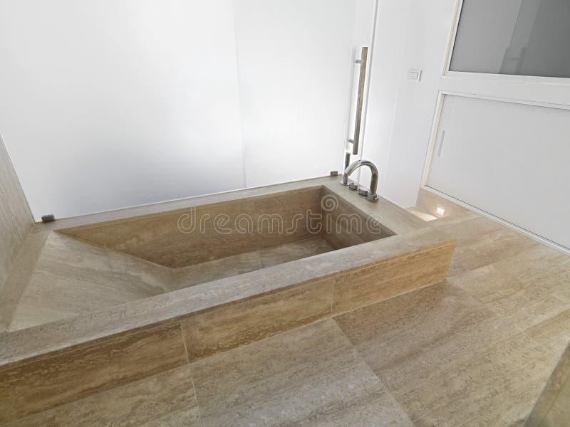 Marmeren badkuip in een moderne badkamers stock foto's