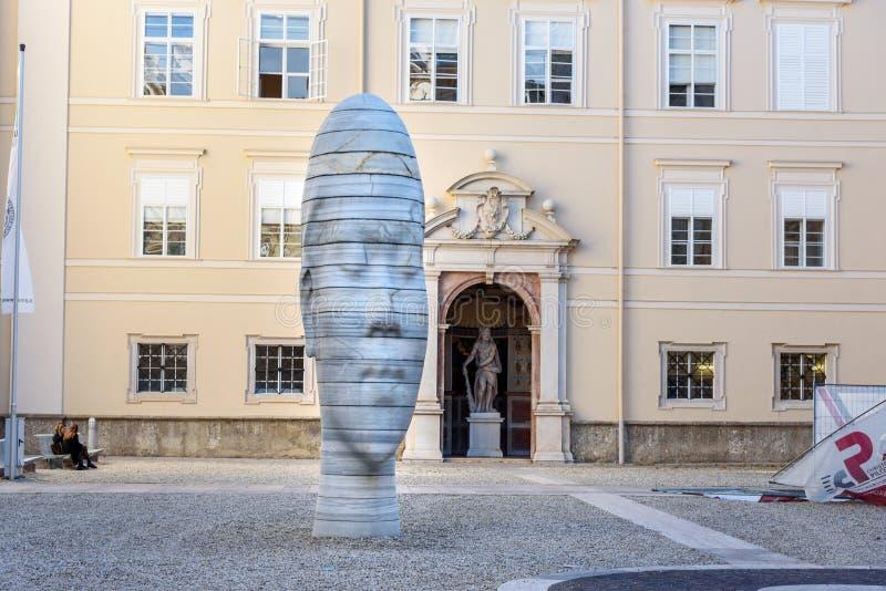 Marmeren beeldhouwwerk Awilda in Dietrichsruh in complex van Universiteit van Salzburg oostenrijk stock afbeelding