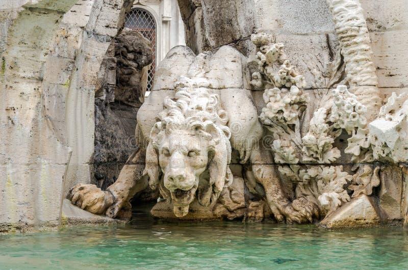 Marmeren beeldhouwwerk van een leeuwstandbeeld in de fontein van vier rivieren in Piazza Navona in Rome, hoofdstad van Italië stock afbeeldingen