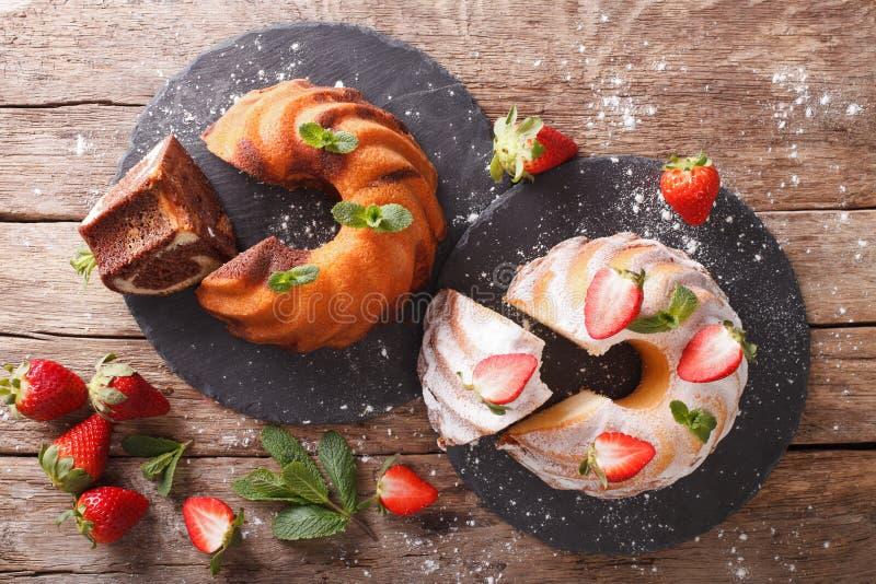 Marmeren cake en vanillecake met aardbeienclose-up horizon royalty-vrije stock afbeeldingen