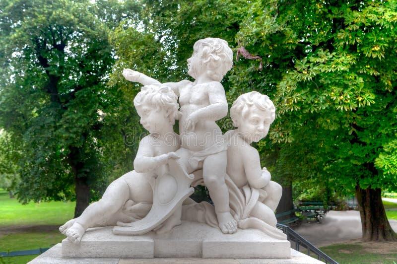 Marmeren kinderenstandbeeld royalty-vrije stock fotografie