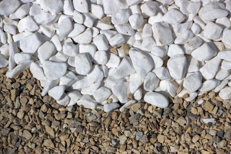 Marmeren kruimel, natuurlijke minerale witte achtergrond Geweven oppervlakte van decoratieve verpletterde steen stock afbeelding