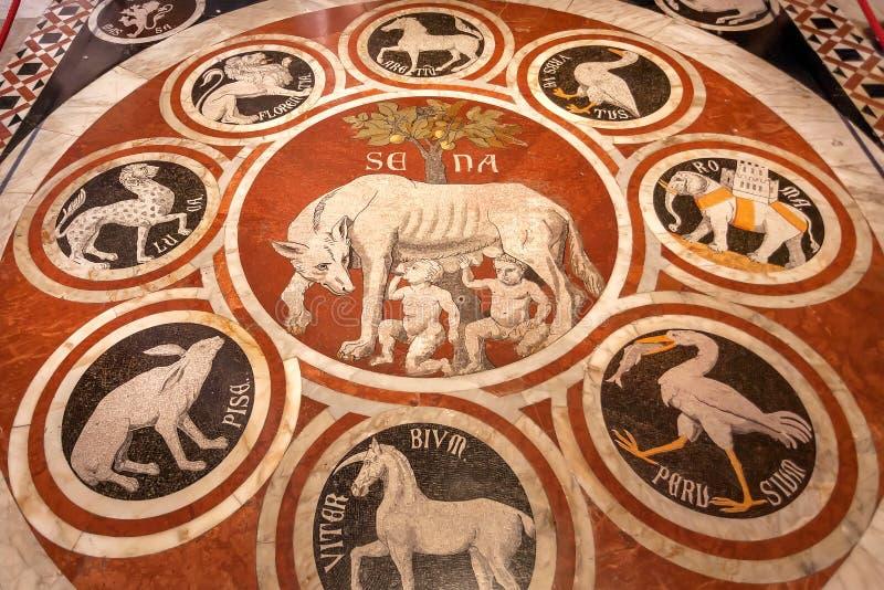 Marmeren mozaïek met de symbolen van Rome en Siena op vloer van Di Siena van de 14de eeuwduomo stock foto