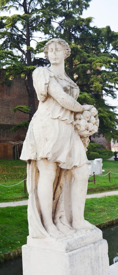 Marmeren standbeeld, muren, rivier, bomen en straat in Castelfranco Veneto, in Italië royalty-vrije stock afbeelding