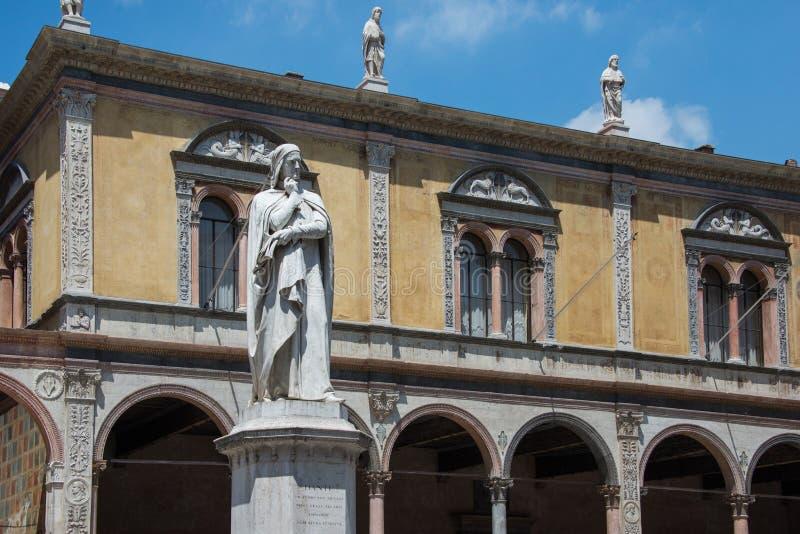 Marmeren standbeeld ter ere van Dante Alighieri in piazza dei Signori royalty-vrije stock afbeeldingen