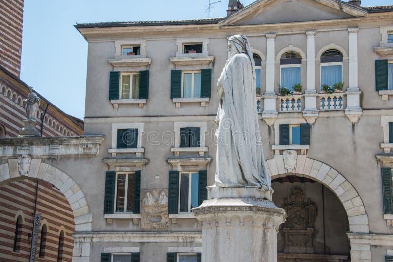 Marmeren standbeeld ter ere van Dante Alighieri in piazza dei Signori royalty-vrije stock afbeelding