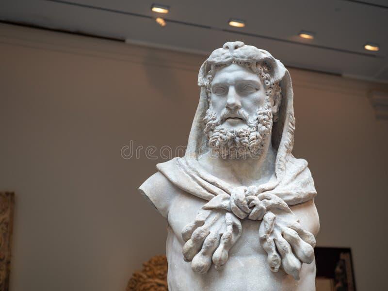 Marmeren standbeeld van een gebaarde weating de leeuwhuid van Hercules, gemaakt tot arou royalty-vrije stock afbeeldingen
