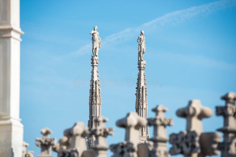Marmeren standbeelden - architectuur bovenop dak Duomo royalty-vrije stock foto