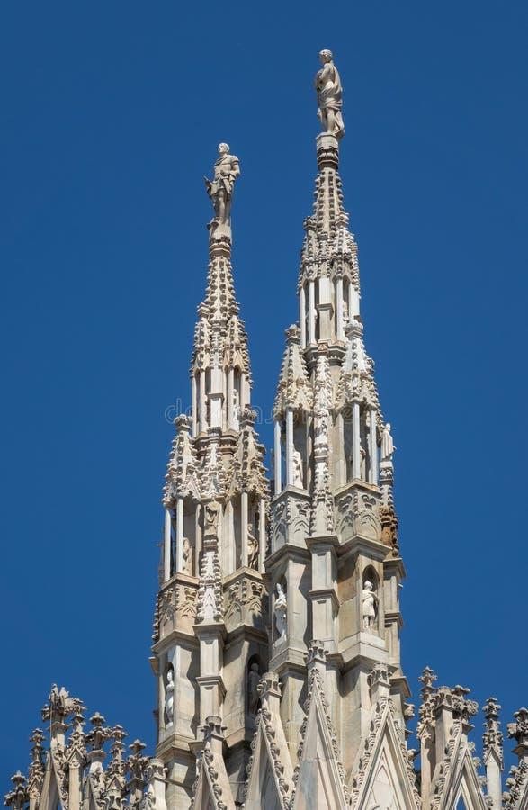 Marmeren standbeelden bovenop kathedraaldak stock afbeelding