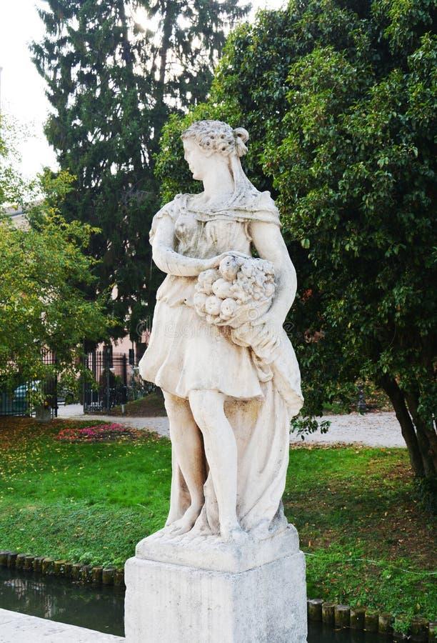 Marmeren standbeelden, rivier, bomen en straat in Castelfranco Veneto, in Italië stock foto