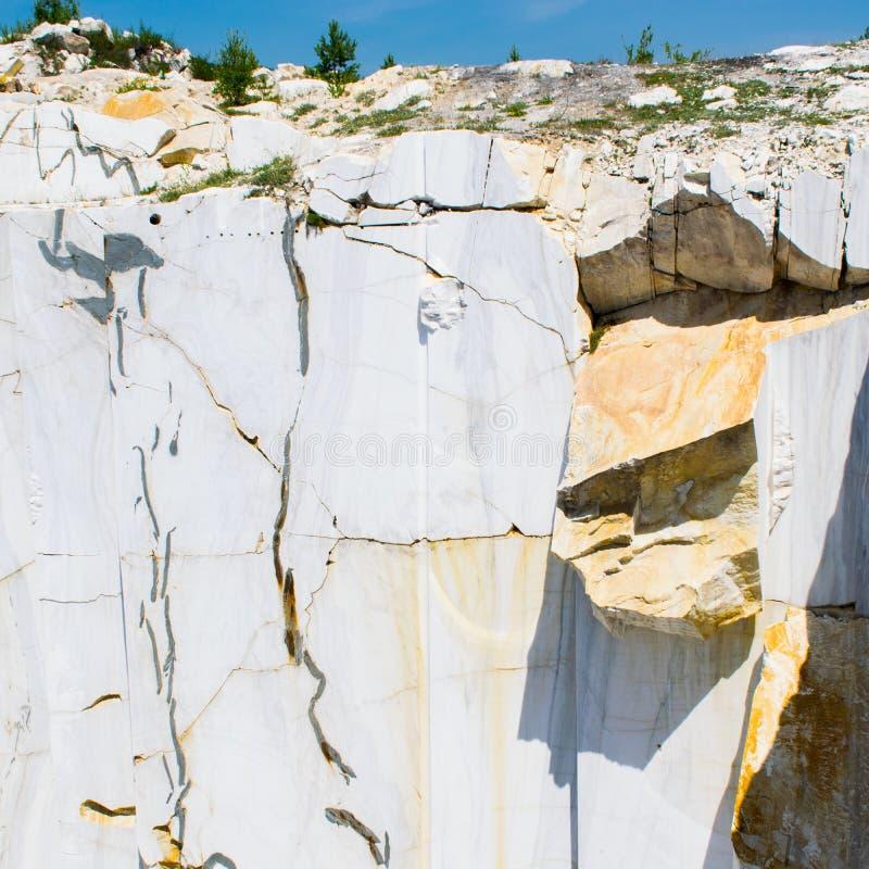 Marmeren steengroeve Marmeren steengroeve in Carrara Itali? Witte marmeren stenen stock afbeelding